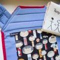 Porte bébé Mei tai bleu avec Kokeshi noir