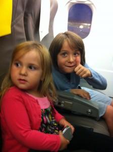Olivia y Mateo en avion