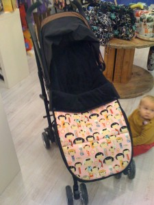 Ese pequeño bebé que se ve a la dcha es Olivia gateando en la tienda.