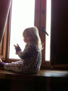 Olivia mirando la nieve por la ventana